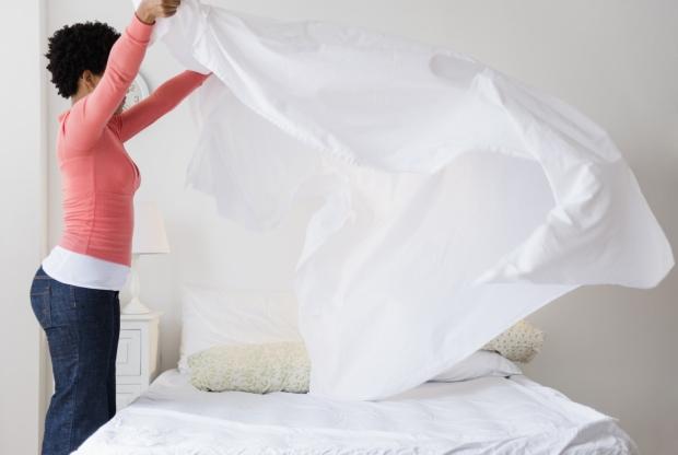 550007c5588bb-making-bed-de.jpg